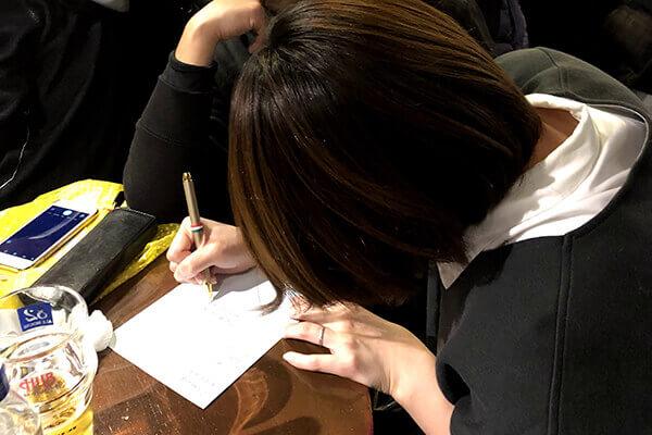 嵐ファンの手紙を見守るパッキャオ